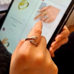 Gümüş Sarılan Eller Yüzük - Thumbnail