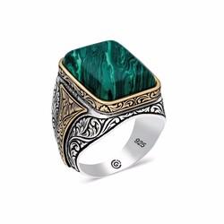 Gumush - Gümüş Desenli Yeşil Sıkma Kehribar Taşlı Kare Erkek Yüzük
